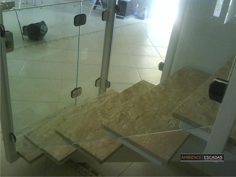 Degraus de mármore em escada de ferro