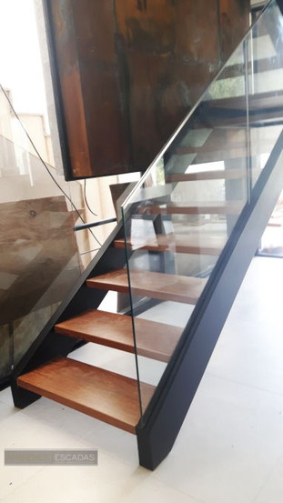 Escada metálica preta com vigas laterais