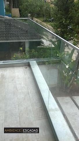 Parapeito de vidro em sacada