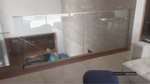 Guarda corpo de vidro em mezanino