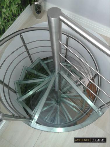 Escada caracol de inox degraus vidro