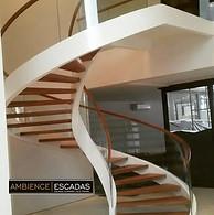 Escada helicoidal com vidros curvos