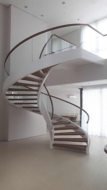 linda escada metálica helicoidal