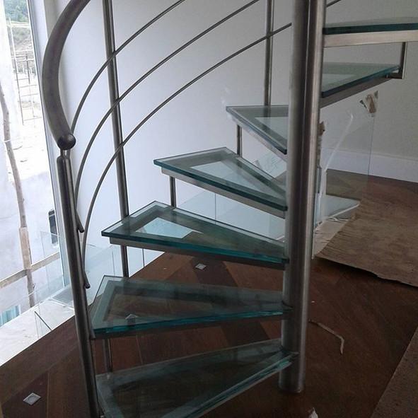 Degraus de vidro de escada caracol