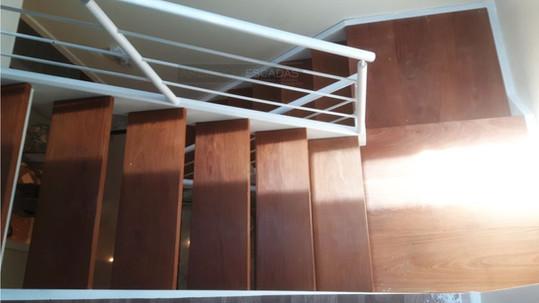 Escada de ferro branca e madeira