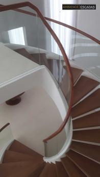 Escada espiral metálica com vidros curvos