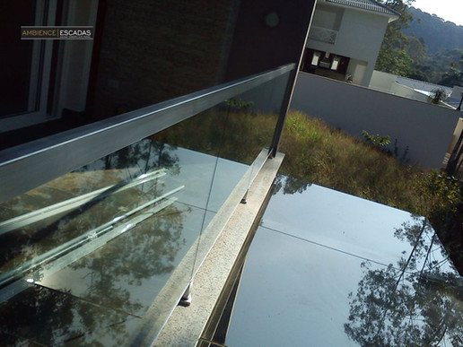 Detalhe guarda corpo inox e vidro