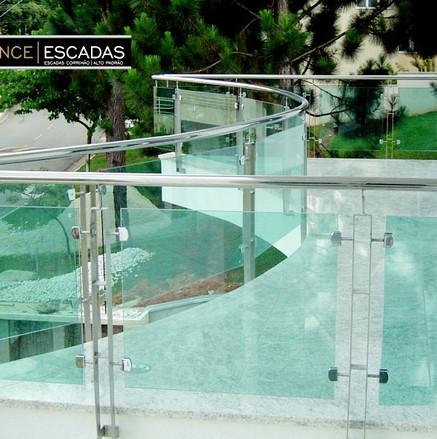 Guarda corpo de aço inox e vidros verdes