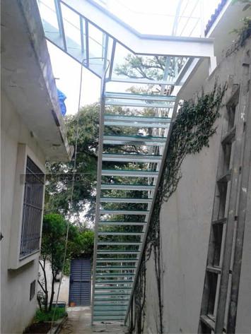 Escada reta em ferro com degraus em vidro
