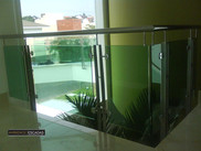 Guarda corpo em vidro verde e inox