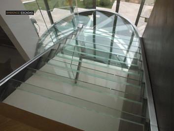 Escada reta com vigas de aço inox