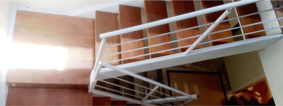 Escada de metal branca com madeira
