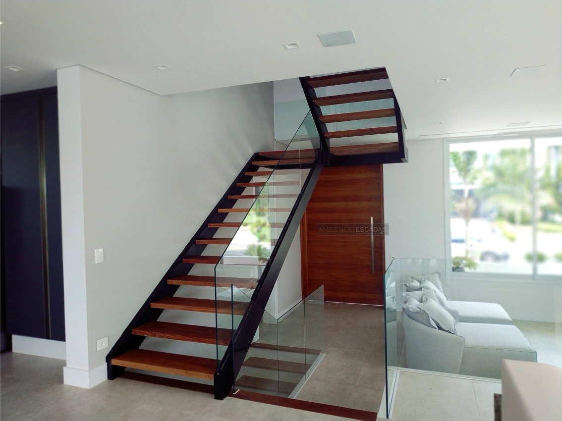 """Escada metálica """"U"""" e degraus em madeira"""