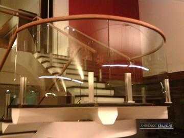 Vidros curvos em patamar de escada
