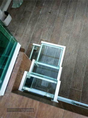 Escada em ferro com degraus em do