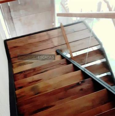 Escada metálica em balanço no Arujá