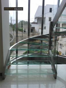 Escada em inox com degraus de vidro