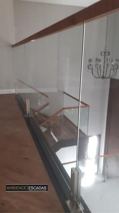 Corrimão de madeira em vidro