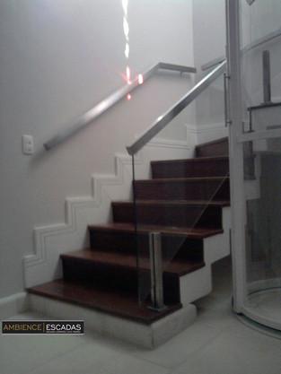 Corrimão de parede em escada de inox