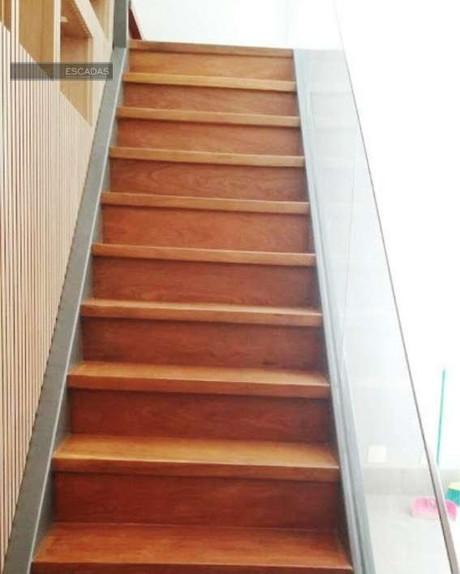 Escada metálica cinza