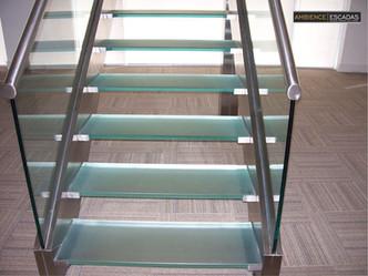 Escada inox degraus e guarda com corpo de vidro