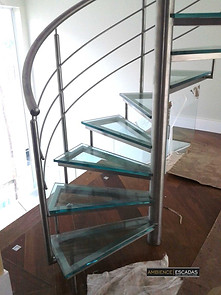 Escada inox caracol e degraus de vidro