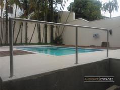 Parapeito inox em área de piscina.