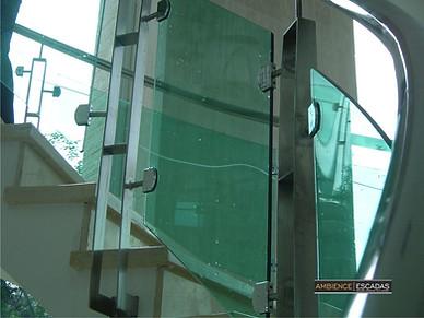 Detalhe de vidro curvo em guarda corpo