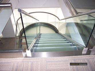 Escada inox com vidros curvos