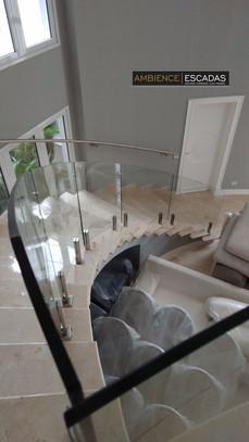 Guarda corpo em vidro curvo em escada