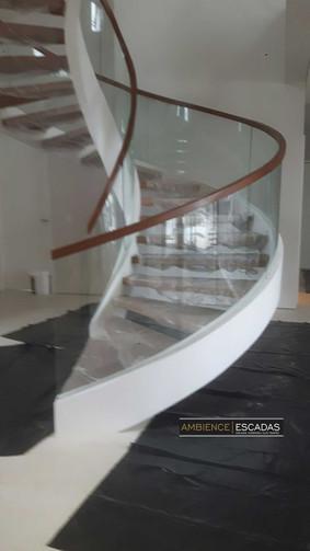 Escada espiral em ferro e vidro