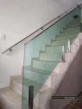 Guarda corpo em vidro verde em escada