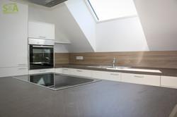 Küche mit Kochinsel im Wohnraum