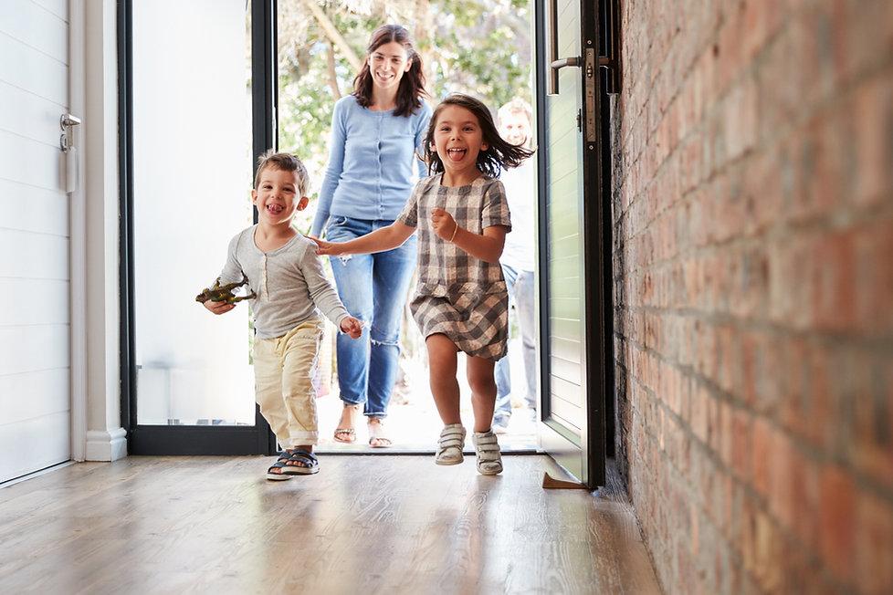 Kopie von Excited Children Arriving Home