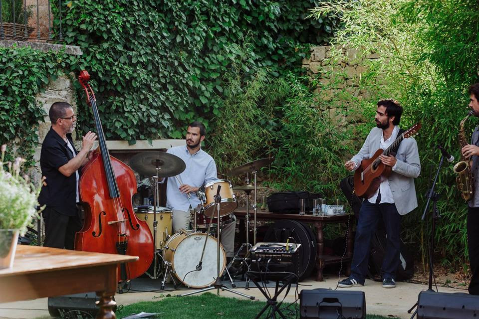 Live jazz music during outdoor wedding cocktail
