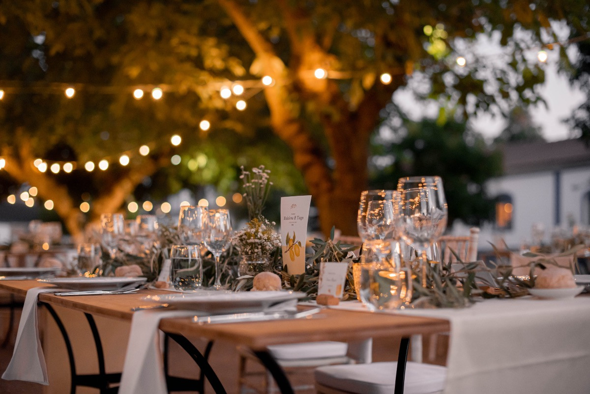 Detail tablelayout with fairylights outdoor wedding dinner