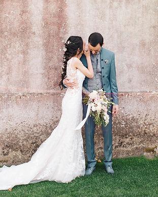 Bruid fluistert iets naar bruidegom