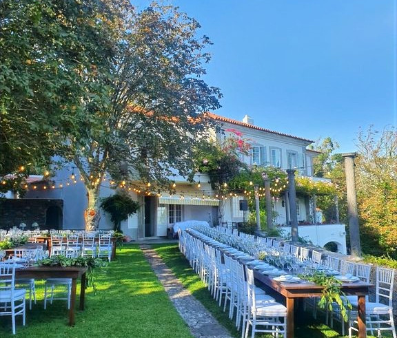 Outdoor dinner at classic wedding venue in Sintra
