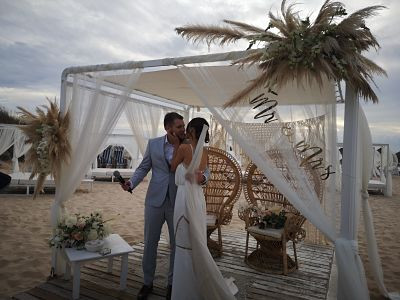 Bride & groom kissing during beach ceremony