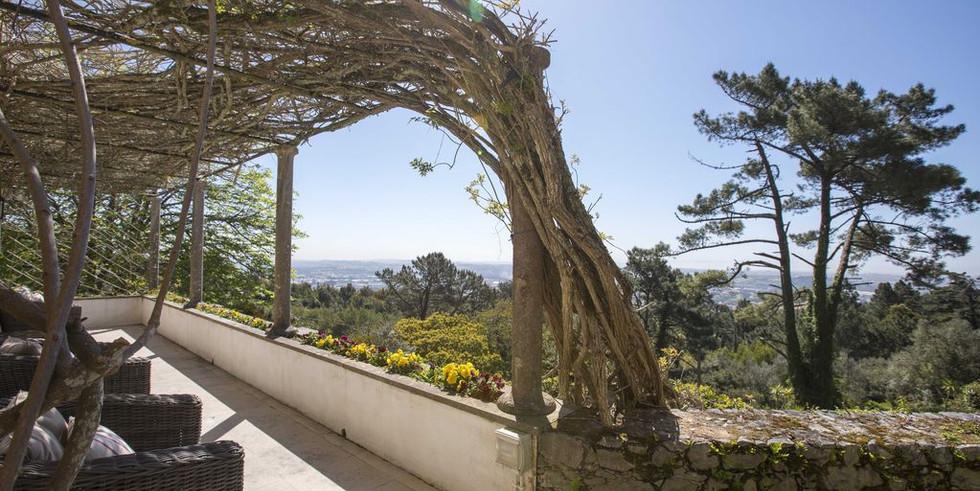 Lush garden of wedding venue in Sintra