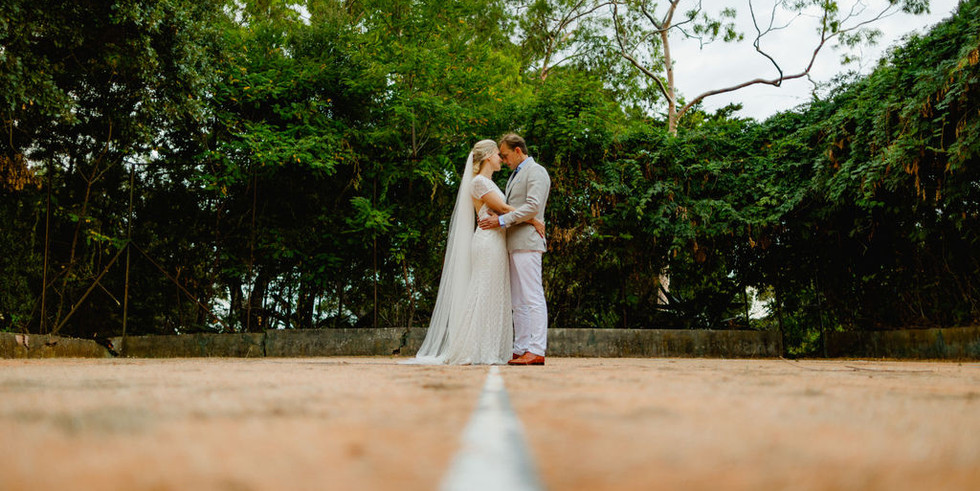 Bride and groom photoshoot vintage tenniscourt at venue in Portugal