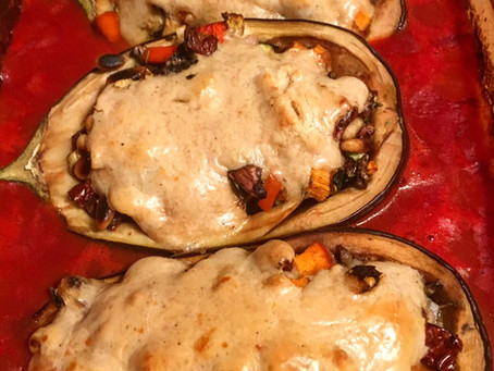 Gefüllte & überbackene Auberginen in Tomatensauce vegan