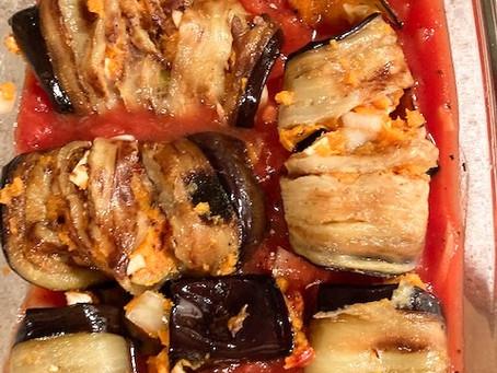 Gefüllte Auberginen- & Zucchiniröllchen auf Tomatensauce, vegan