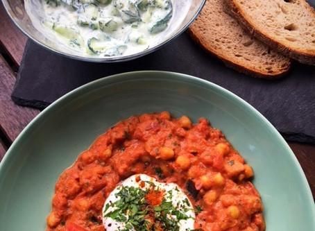 Eiweiß in der veganen Ernährung und Kichererbsen in Tomatensauce