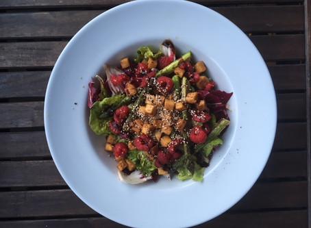 Fruchtiger Spargelsalat mit gebratenem Tofu, vegan