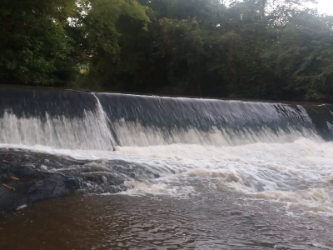 Barragem de regularização de nível – Captação tipo tomada d'água.