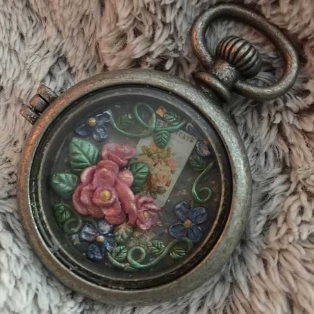 A little picture box locket