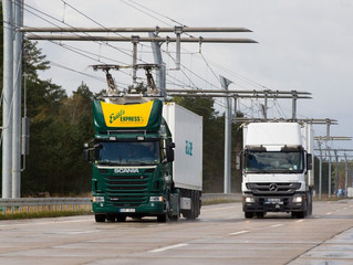 Ładowanie elektrycznych ciężarówek w czasie jazdy na niemieckiej autostradzie