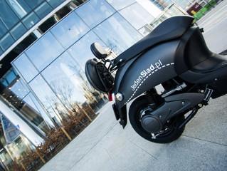 Czym różni się skuter od motoroweru?