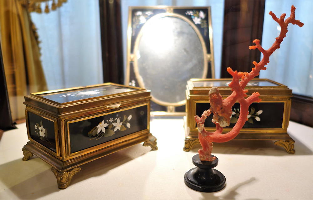 Two jewellery boxes and a mirror frame in pietra dura technique